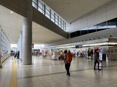 エスカレーターで出発フロアへ。 ここ広島空港は何故かJALとANAの羽田便が往復共に同じ様な時間帯で飛んでいるのでちょうどこの時間も結構お客さんの姿が。 バスで私の隣の方もANA便でしたし。
