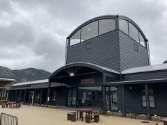 由布院駅はまだ新しそうな駅舎です。