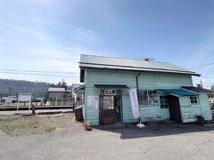 昔懐かし木造駅舎が残る、「富山地鉄・舌山駅」は新黒部駅から300メートルしか離れていません。