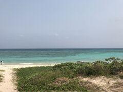 荷物預けてさっそくニシ浜へ!ほんと歩いてすぐ。 「海で泳ぐなら午前中がおすすめだよ~午後は荒れるかも!」と言われたけど、まずは目で見て堪能したくて(今思えばこれがシュノーケリングのチャンスだった……) 買ってきたスパムむすびを食べながらしばし海に癒される。