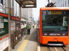 JR松山駅前から市内電車で大街道へ。  途中松山市で降ろされるという元乗り鉄としたら屈辱ものの大失態も経験w  伊予鉄は地方の私鉄としては活気があって面白いです。 時間があったら1日乗ったり降りたりしたいと思える電車です。  大街道からはリフト乗り場まで歩きましたが修学旅行生なのかな?学生がたくさんいたのと観光客が大勢いました。  本当にみんな危機感がないんだからもう、、、あ、私もだw