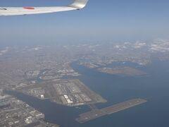 やっと離陸しました。 羽田空港がちょっと霞んで見えます。 黄砂のせいですね。 エンジンとかには影響ないのかな? さっきの整備員さんの鬼の形相が目の前にちらついて心配です。
