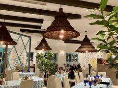 エルマーソの店内です。天井が高くて明るい店内です。 コロナ対策なのかテーブルも距離が保たれていて安心です。
