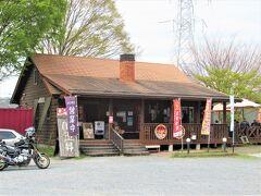 「たぬ金亭」は長泉院から0.8㎞。 国道に面したログハウス風のお店です。