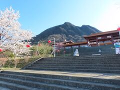 【仏光山法水寺 渋川 2021/04/05】  時間があったので、仏光山法水寺の桜を見に行きました。以前行った時は、桜は咲いていませんでしたが、今回、参道に桜並木は満開で、法水寺との光景は見事でした。桜は食傷気味でしたが、素晴らしい光景は何度見てもいいですね。 台湾・高雄にある佛光山の高崎別院で、臨済宗の寺院です。 規模は、高雄と比べると小さいですが、雰囲気は同じです。 所在地: 〒377-0102 群馬県渋川市伊香保町伊香保637-43 営業時間:9時00分~16時00分 電話: 0279-72-2401 アクセス:伊香保温泉街から車で10分