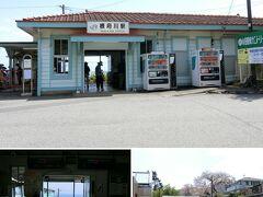 東海道線根府川駅から無料のシャトルバスがあります。 駅は無人ですがヒルトンの送迎バスも発着するのでこじんまりと整備も行き届いています。
