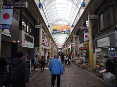 商店街の中へ。約350mの長さに100軒を超える店が連なっており、昨今の事情を考慮しても中々の人出。普通に活気がある商店街と言っていいでしょうな。