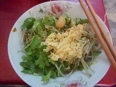 11月28日 午前11時過ぎ、おそめの朝食兼昼食。 またクアンニョでシジミ入りの麺を食べる。