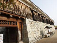 松山城二之丸史跡庭園。 思ったより高い石垣の上にあるお城感のある建物でした。 内部は平面展示がメインで立体的なものは井戸くらい。 あとは滝がある。 いずれお殿様の生活が分かるような展示をした御殿でも再建してほしいね。