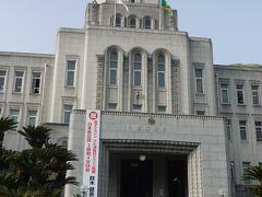 松山城二之丸史跡庭園からすぐの場所が愛媛県庁。 昔見た韓国のソウルにあった名建築の朝鮮総督府をちょっと思わせる建物だと思った。