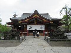 795年創建と伝わる歴史ある素盞雄神社。 桃は邪気を祓う霊木と信じられていることから、広い境内には桃の木が何本も植えられ、桃の節句にちなんで、何千体もの雛人形が展示、飾られていました。江戸時代流行した富士塚も造られ、江戸時代の年号が刻まれた庚申塔も残っています。高さ30mの大銀杏や、千住大橋を模したエリアには芭蕉の碑も建っています。多くのおみくじが巻き付いていただけでなく、入学式を終えた新1年生が保護者に連れられてお参りに訪れるなど、今もって多くの人から篤く信仰されている神社です。