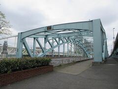 荒川区と足立区をつなぐ千住大橋。 足立区に向かう90mほどの旧橋と荒川区に向かう500mほどの新橋から成り、一方通行になっています。1594年に徳川家康が初めて隅田川にかけた橋としても知られていて、江戸時代には大名行列が行き交う橋でもあったとのことです。