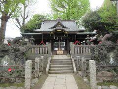 千住大橋の足立区側たもとの路地を入って100mほど、静かなエリアに建つ橋戸稲荷神社。 926年創建の歴史ある神社で、1490年に稲荷神社として勧請した歴史があります。江戸時代に千住が宿場になり千住大橋が架けられると、多くの人馬が行き交い信仰されるようになったそうです。現在は地元の人以外、訪れる人も少なく静かな神社です。 江戸時代末期に本殿前扉の内側に鏝絵師として知られていた伊豆長八によって白狐が彫られたそうですが、残念ながら見ることはできませんでした。
