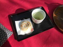 神社内の茶屋で梅ヶ枝餅と昆布茶でひと息