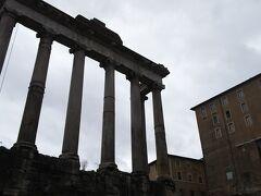 サトゥルヌスの神殿です。  前回紹介したユリウスのバジリカの近くにある巨大な神殿跡です。