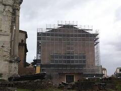 現在修復作業中ですが、クーリアという元老院です。  フォロ・ロマーノの中枢でした。  共和制時代に最高会議が行われていたといわれる場所です。