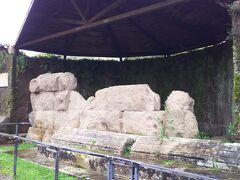カエサルの神殿。  ただ、石が積み上がっただけのように見えますが、こちらはカエサルの火葬が行われたと言われているところです。  現存部分がかなり少ないフォロですね。