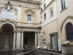 早速カピトリーニ美術館の中へ入りました。  中庭にはすでに彫刻がたくさんあります。