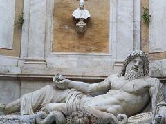 タブラリウムを通って新宮へ来ました。  ローマの物言う像のマルフォーリオがあります。この美術館では有名な作品の一つかと思います。