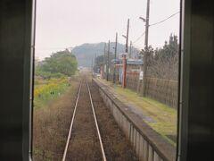 東清川駅を発車しました。 久留里線では一番新しい駅で、1978年(昭和53)臨時乗降場として開業、9年後に駅に昇格しました。コンクリート製の待合室が設置されています。