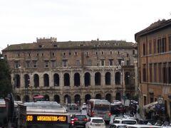 カピトリーニ美術館をあとにし、次の目的地へ。  マルチェッロ劇場がみえました。  コロッセオにも少し似ています。