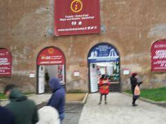 フォロロマーノの近くには観光案内所もあります。  この付近はフォロが多く点在しているので、地図を手に入れたり、わかりにくいことはここに聞いてみるとよいでしょう。