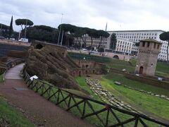 歩いてチルコ・マッシモまで来ました。パラティーノの丘の隣に位置しています。  チルコ・マッシモというのは、古代ローマの戦車競技場のことです。