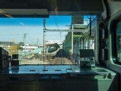 湘南新宿ライン快速の停車駅は、久喜を出ると古河、小山と止まり、小山から各駅に停車します。  通過中の駅は東鷲宮駅。下り線は地上、上り線は高架という変わった構造の駅です。