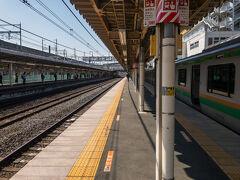 @久喜駅  乗車中の列車が臨時で、久喜駅の副本線に入りました。  ここで湘南新宿ラインからくる快速を先に通すようです。