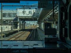 東武日光線との乗換駅である栗橋駅は通過です。  当駅では新宿と日光を結ぶ特急スペーシア号が運転停車し、乗務員交代が行われます。  画像左側が、スペーシアが通る連絡線で、乗務員交代用のホームもあります。