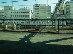 埼玉県最大のターミナル・大宮駅に到着。  向こうには東武アーバンパークラインの列車もいました。
