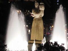 水の守護神像。  付近にベンチがあってゆっくりしました。 噴水が小さくなったり、大きくなったりして飽きないです。