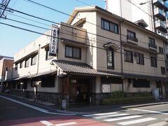 ほどなくそばにあるのが太田なわのれん、横浜が誇る老舗牛鍋屋です。 鉄鍋の上にブロック状の牛肉が並べられ、その上に赤味噌が掛かっているあれです。こんな高級店、私入った事はありません。  このそば、川を渡った向こうは黄金町。という事は昔ここで肉食って精を・・・(以下自粛)。