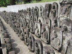 墓地の最も奥に造られた石仏群。 JR線路脇に六地蔵尊や年号と戒名が彫られた多くの墓石、地蔵尊、聖観音像などが並んでいます。どれもよく見ると年号が彫られていて、古いものであることがわかります。この付近にあった民間で作られたものがここに集められたと説明板に記されていました。石仏群の前に大きな地蔵尊や歴代住職の墓石が並んでいて、石仏群が大切にされていることがわかりました。 仏像に刻まれた年号や戒名は古くなり、判読しにくくなっているものが多く、歴史を感じることができました。