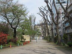 原宿駅と渋谷駅の間、JR線路わきに造られた神宮通公園。 公園の北側部分には鉄棒やベンチ、町会防災倉庫があります。