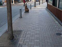 麻布十番商店街はこんな感じの通りです。車道も石畳になっていて、少し洒落た雰囲気が漂います。