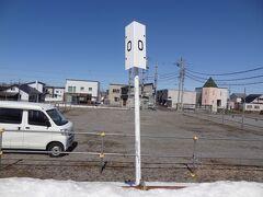 留萌本線のゼロキロポスト。 留萌本線は、深川駅から留萌駅の50.1kmを結ぶ地方交通線です。 '本線'と名乗るJR線の中ではこれまで短い第1位でしたが、令和3年4月1日に鵡川以南の廃止により短縮された日高本線 /30.5 kmが1位となったので、今はに第2位の短い本線となりました。  さて、列車を待っていたら‥