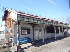 11:19 秩父別(ちっぷべつ)に停車。  明治43年11月23日、筑紫駅として開業。 昭和29年11月10日、秩父別駅に改称されました。 駅舎は昭和46年に改築された建物です。