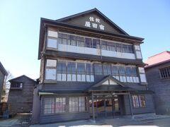 増毛駅前旅館として営んでいた「旧旅館 富田屋」です。 昭和8年築、木造三階建ての建物がひときわ目を引きます。 内部は非公開でした。