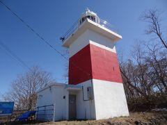 13:18 「増毛灯台」があります。 白色四角形木造で明治23年に設置。 平成2年の改修で今の赤帯塗装となり、白い積雪の背景にあっても目標物として視認しやすいようになりました。