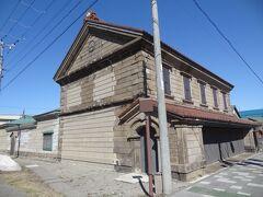 そして、道路に面して明治26年築の木骨石造りの呉服屋店鋪の建物がありました。 呉服の販売業は昭和3年まで続けられ、その後は事業の縮小に伴い、店舗もあまり使われなくいったそうです。