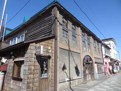 こちらも古い建物ですね。  昭和7年築、老舗の元駅前旅館が平成11年に生まれ変わった「ぼちぼちいこか増毛舘」と言う旅人宿です。。 左端には9席だけの小さな喫茶店「Cafe 海猿舎」が併設されています。