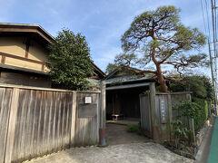 """その向かい側に""""みたか井心亭"""" という和風文化施設があります。 寄席や茶道教室などを開催しています。"""