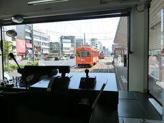 乗りました。 ここからしばらく、電車の一番後ろから撮っております。  松山駅前まで来ております。 松山駅前から松山市駅方面の乗り場は、反対側。ちょうどオレンジの電車に隠れてしまっています。