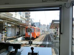 古町駅でした。  画像右側に、先ほど突っ切った郊外電車のホームがあります。