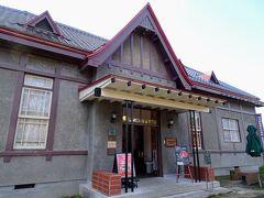 電車に乗る前に精一杯の観光をする! まずは弘前公園前のスタバ。有形文化財の第八師団長官舎をリノベした、レトロなスタバで有名です。