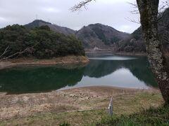 岸田吟香記念館から西へ向かうとすぐに旭川湖に出ます。これは旭川を1954年竣工の旭川ダムでせき止めてできた人造湖ですがなかなか風光明媚なところでした。