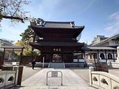 入口の山門。 二階部分には十六羅漢が安置されているそうです。