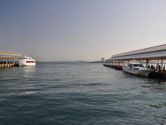 高松港から右に停泊中の船で、思ったより小さい船でした。 片道35分の船旅。1350円/片也。 この時期は4便/日。