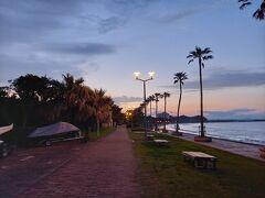 陽が落ちてしまった青島ビーチ。 コンビニから1キロ歩いてホテルへ。 いい運動です。